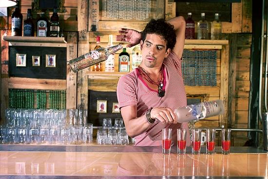 Девушка за барной стойкой: профессия бармен