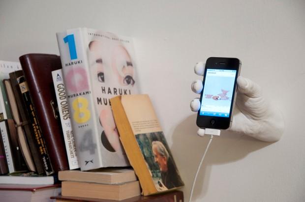 iPhone в надёжной руке!