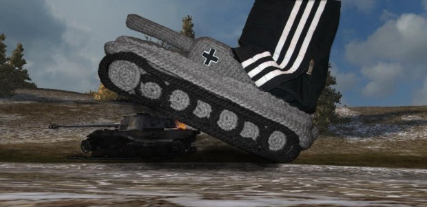 Своими руками: вязаные тапки-танки