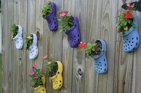 Переделка старого: горшки для цветов из старой обуви