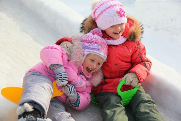 Как сделать зимнюю горку ради детей на даче
